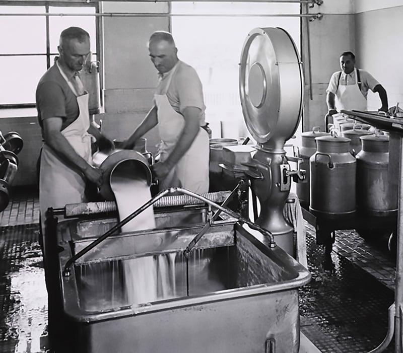 Milchannahme und Gewichtskontrolle bei der HOCHDORF-Gruppein den 1920er-Jahren.