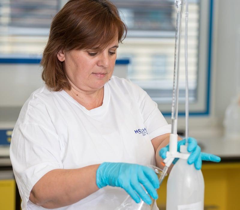 Liane Hanisch, Verantwortliche des Labors für Food Safety bei HOCHDORF, bei ihrer täglichen Arbeit