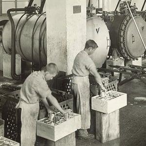 Arbeiten in der Fabrik von HOCHDORF um 1920